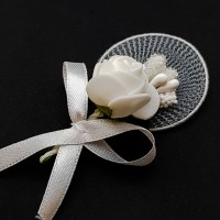 Flori de pus in piep albe